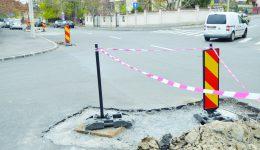În intersecţia străzii General Dragalina cu Arieş, un segment este blocat cu moloz şi balize (FOTO: Claudiu Tudor)