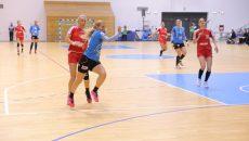 Zeljka Nikolic (în tricou albastru) a fost greu de oprit în drumul spre gol în partida cu Galaţi (foto: Lucian Anghel)