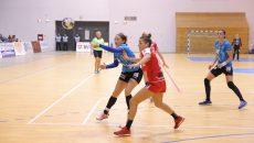 Patricia Vizitiu (în tricou albastru) şi-a trecut şi ea numele pe lista marcatorilor (foto: Lucian Anghel)
