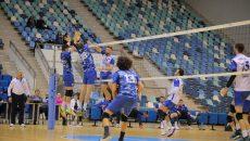 Jucătorii craioveni (în tricou alb) nu au cedat nici un punct ultimei clasate (foto: Claudiu Tudor)