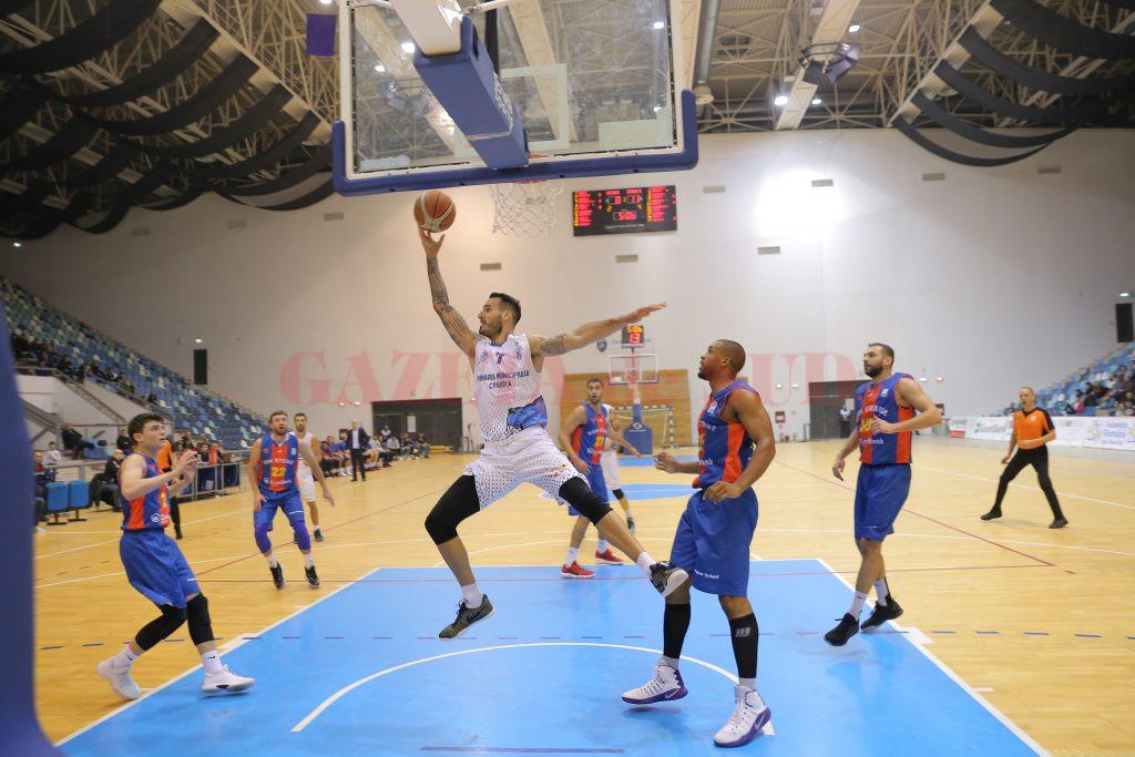 Ivan Siriscevic (la minge) a marcat 33 de puncte în confruntarea cu Steaua (foto: Claudiu Tudor)