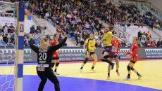 Cristina Zamfir Florianu (la minge) şi colegele sale au obţinut prima victorie de la Trofeul Carpaţi (foto: Lucian Anghel)