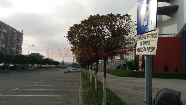 Parcarea de la Sala Polivalentă din Craiova trebuie eliberată înainte de fiecare eveniment care are loc aici (Foto: Marian Apipie)