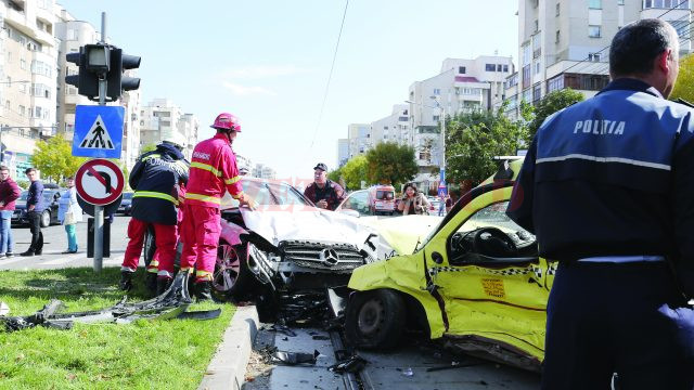 Cei care sună persoane în vârstă suțin că o rudă apropiată a fost implicată într-un accident rutier și are nevoie de o sumă importantă de bani (Foto: arhiva GdS)
