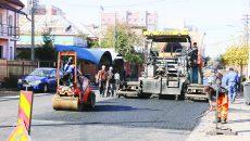 Pe strada Toporași se turna, joia trecută, stratul de asfalt