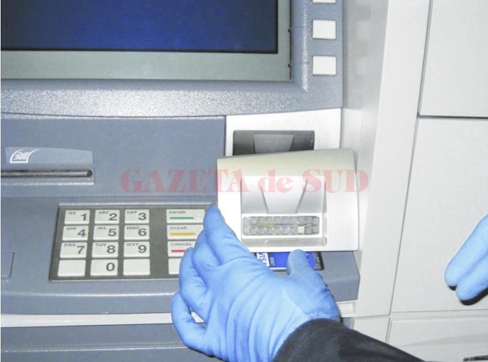 Unul dintre cele patru dispozitive tip gură de bancomat a fost montat de inculpați, pe 14 iulie 2016, pe un bancomat de pe strada 1 Decembrie 1918 din Craiova