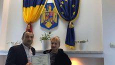 Femeia a fost felicitată pentru gestul său de șeful Secţiei Regionale Poliţie Transporturi Craiova