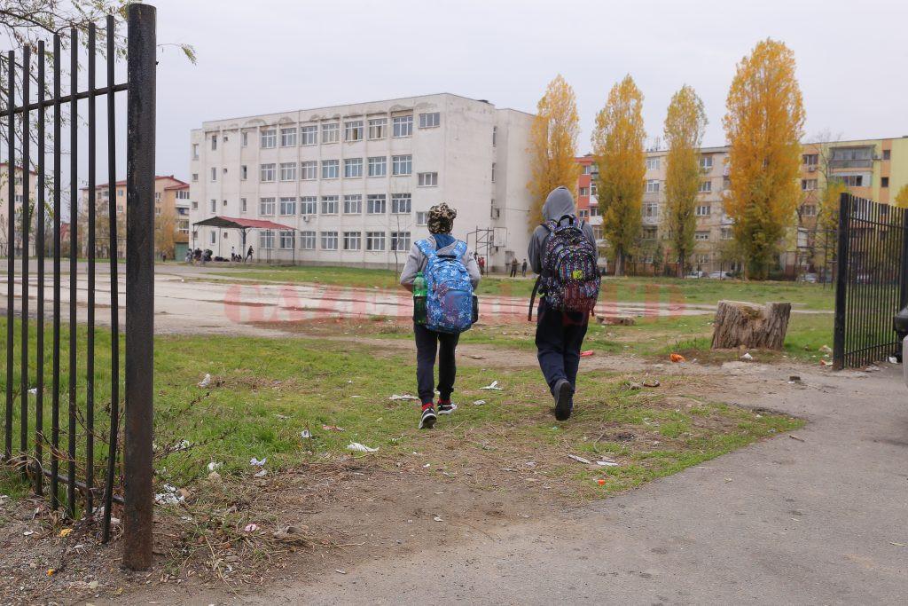 Elevii și-au făcut cale de acces în școală în zona în care gardul a fost tăiat