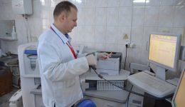Emanuel Pătru, manager de calitate în cadrul laboratorului de analize medicale, lucrează la unul dintre cele mai performante aparate