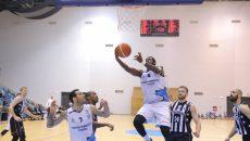 Jamar Samuels (la minge) a marcat 26 de puncte în confruntarea cu clujenii (foto: Lucian Anghel)