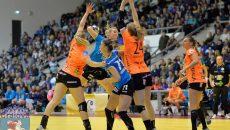 Craiovencele (în tricou albastru) au obţinut sâmbătă prima victorie în grupă, cu Randers (foto: SCM Craiova Handbal Oficial)