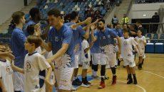 Jucătorii craioveni se mută pentru un meci în sala mică (foto: Alexandru Vîrtosu)
