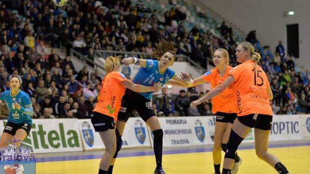 Craiovencele (în tricou albastru) au făcut o primă repriză excelentă (foto: SCM Craiova Handbal Oficial)