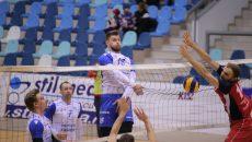 Jucătorii craioveni (în tricou alb) s-au impus în minimum de seturi (foto: Lucian Anghel)