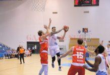Ivan Siriscevic (la minge) şi colegii săi au fost învinşi de Oradea (foto: Lucian Anghel)