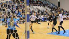 Nikolic (la minge) și colegele sale au obținut aseară a noua victorie în acest sezon (foto: Claudiu Tudor)