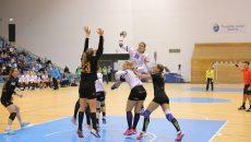 Cristina Zamfir Florianu (la minge) a fost faultată des de adversare, dar a reuşit să-şi ajute echipa (foto: Claudiu Tudor)