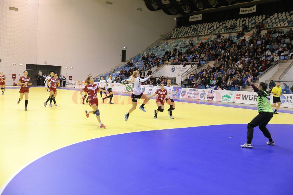 Zeljka Nikolic (la minge) a marcat cinci goluri în partida cu rapidistele (foto: Claudiu Tudor)