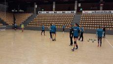 Jucătoarele craiovene s-au familiarizat cu sala din Randers (foto: SCM Craiova)
