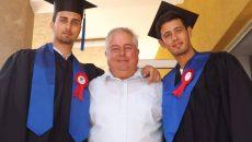 Regretatul profesor Cristian Corneanu (centru) alături de cei doi băieţi ai săi, Cristi (stânga) şi Iulian, de care era tare mândru