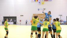 Cristina Zamfir Florianu (la minge) are parte de dueluri dure cu adversarele (foto: Lucian Anghel)