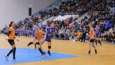 La conferinţa de presă premergătoare meciului cu CSM Bucureşti Ana Maria Ţicu (la minge) spunea că ea şi colegele sale vor intra în teren să bată campioana. Şi aşa s-a întâmplat, Craiova obţinând o victorie senzaţională (foto: Lucian Anghel)