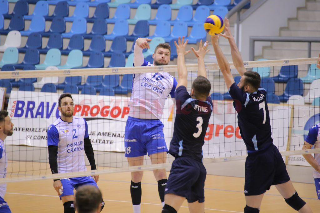 Răzvan Olteanu (în tricou alb) şi colegii săi au cedat un punct în confruntarea cu CSM Bucureşti (foto: Lucian Anghel)