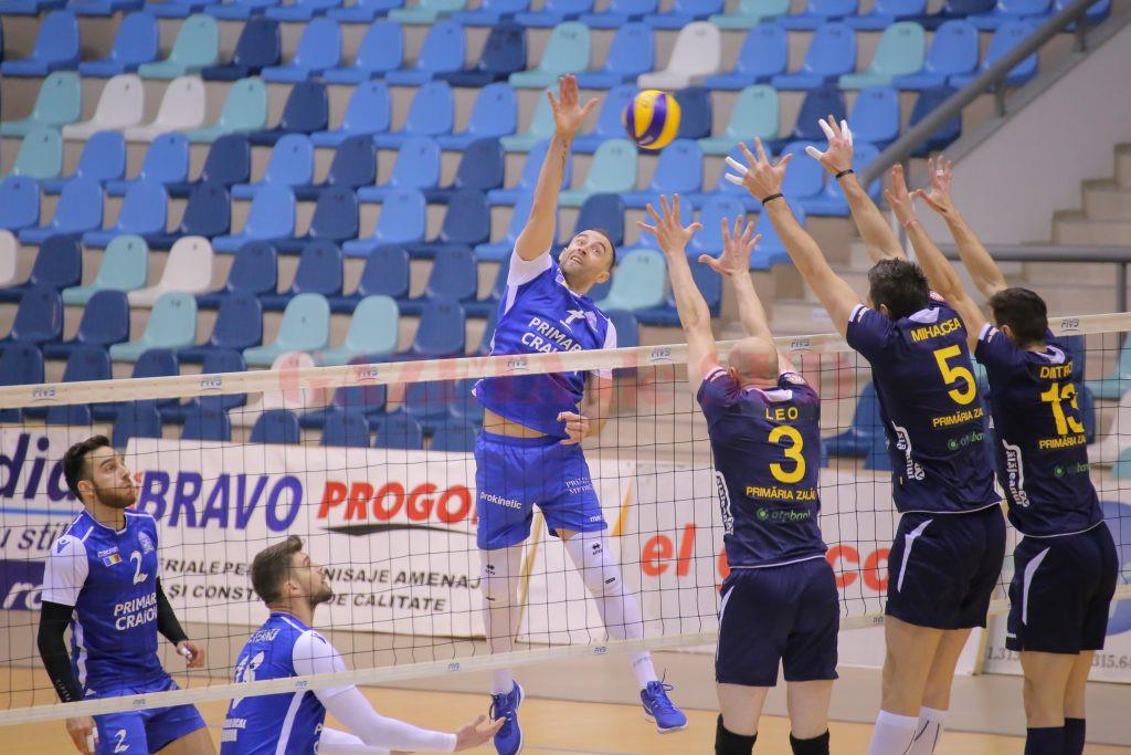 Bogdan Ene (în albastru) şi colegii săi au obţinut pimul succes în play-off (foto: Lucian Anghel)