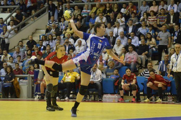 Ana Maria Țicu (la minge) și colegele sale sunt pregătite să învingă Măgura Cisnădie (foto: Alexandru Vîrtosu)