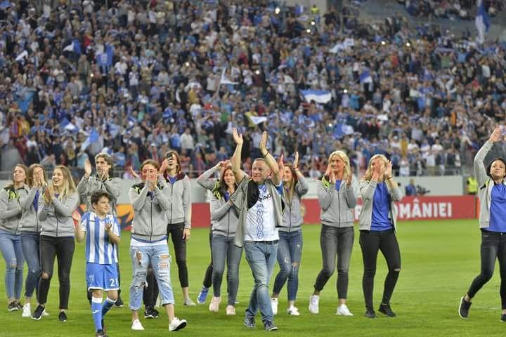 """Bogdan Burcea și elevele sale au fost prezenţi pe stadionul """"Ion Oblemenco"""" (foto: SCM Craiova Handbal Oficial)"""