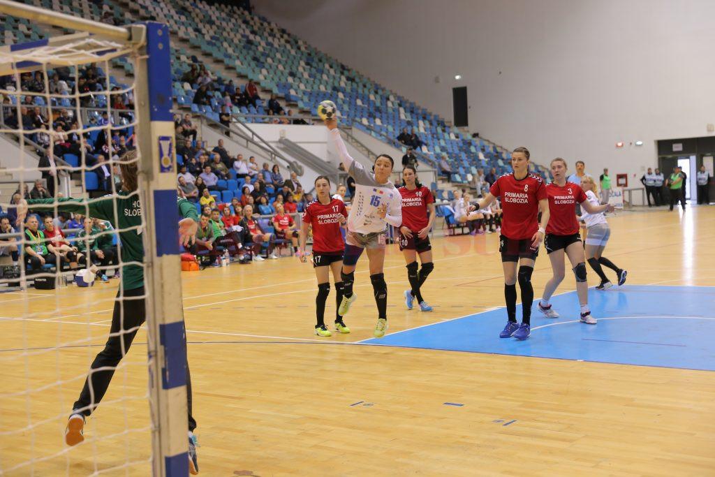 Valentina Ardean Elisei (la minge) și colegele sale au obținut o victorie concludentă (foto:Claudiu Tudor)