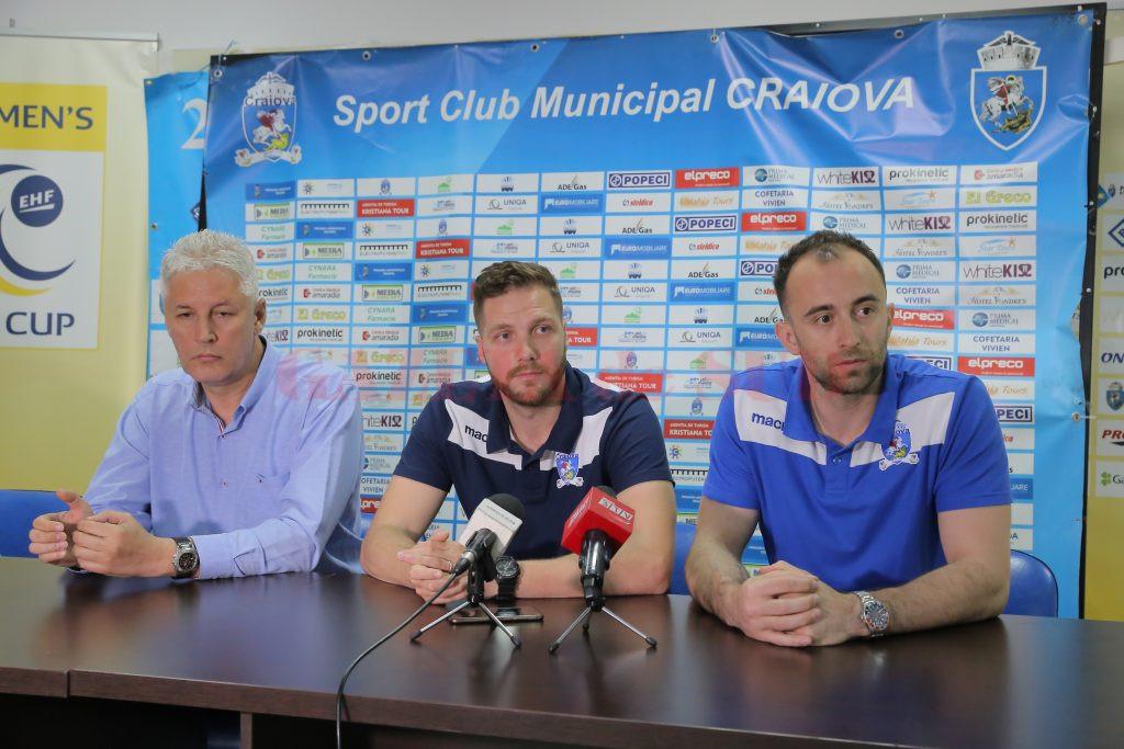 Antrenorul Dan Pascu și jucătorii Ionuț Teleleu (centru) și Bogdan Ene au vorbit despre partida cu Galați (foto: Lucian Anghel)