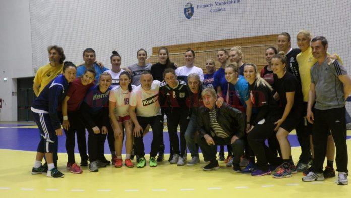 Jucătoarele au fost încurajate de doi dintre marii fotbalişti ai Craiovei Maxima, Aurică Beldeanu şi Sorin Cîrţu (foto: Daniela Mitroi-Ochea)