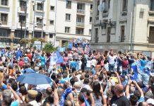 Mii de suporteri i-au aclamat pe jucătorii craioveni, care au venit în centrul orașului într-un autocar descoperit (foto: Claudiu Tudor)