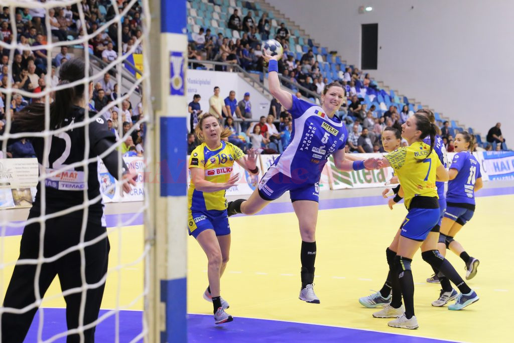 Jelena Trifunovic (la minge) și colegele sale au câștigat ultimul meci disputat pe teren propriu (foto: Lucian Anghel)