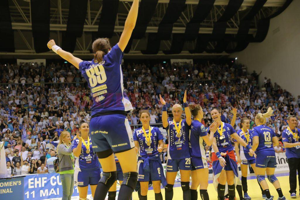 După ce au cucerit trofeul Cupei EHF, handbalistele din Bănie vor să ia medalie de argint în campionatul intern (foto: Claudiu Tudor)