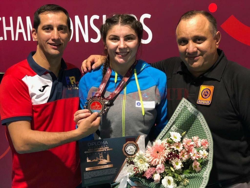 Alexandra Anghel, alături de antrenorii de la CS Universitatea, fraţii Aurel (stânga) şi Marius Cimpoeru