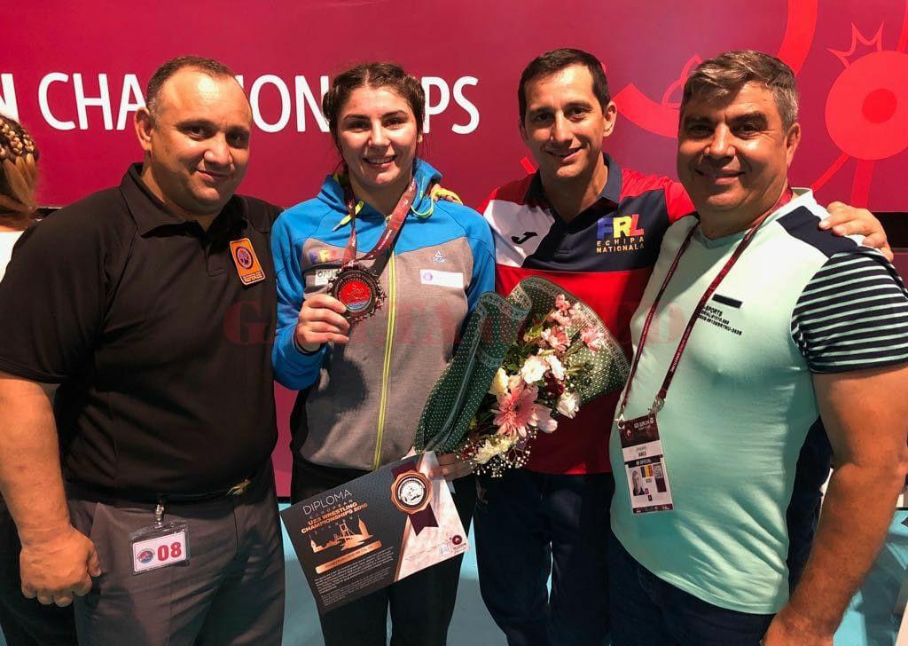 Medaliata Alexandra Anghel, alături de antrenori şi de membrii staff-ului