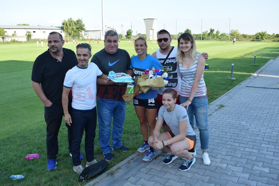 Suporterii i-au oferit jucătoarei Zeljka Nikolic flori şi un tort (sursa foto: Blue Legion Craiova Facebook)