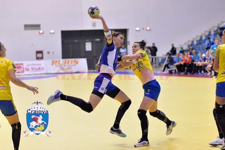 Cristina Zamfir (la minge) a rămas la SCM Craiova, echipă cu care va juca în Liga Campionilor (foto: SCM Craiova Handbal Oficial