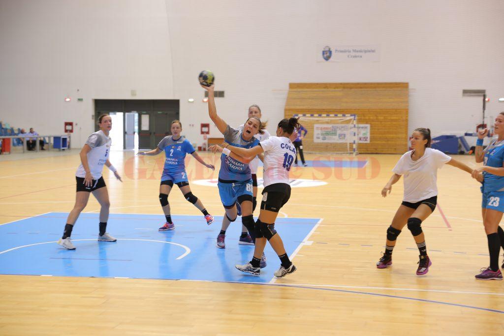 Cristina Zamfir (la minge) s-a accidentat și a fost nevoită să părăsească terenul mai devreme (foto: Claudiu Tudor)