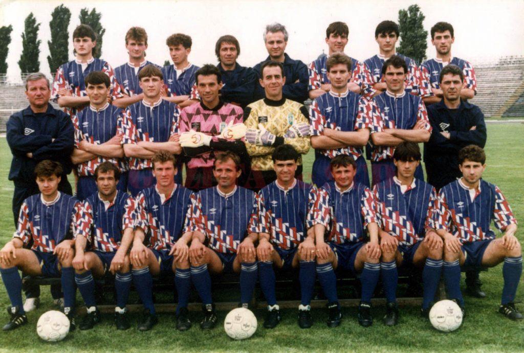Universitatea 1991: sus: Gîrleșteanu, Craioveanu, Ceaușilă, Negrilă (antrenor secund), dr. Liviu Muja (medicul echipei), Bica, Mogoșanu, Agalliu; mijloc: Fane Cioacă (preparator fizic), Neagoe, Săndoi, Prunea, Boldici, N. Zamfir, Olaru, Cîrțu (antrenor principal); jos: Cl. Stoica, Cojocaru, V. Cristescu, Ad. Popescu, Mănăilă, Ciurea, Dudan, Badea.