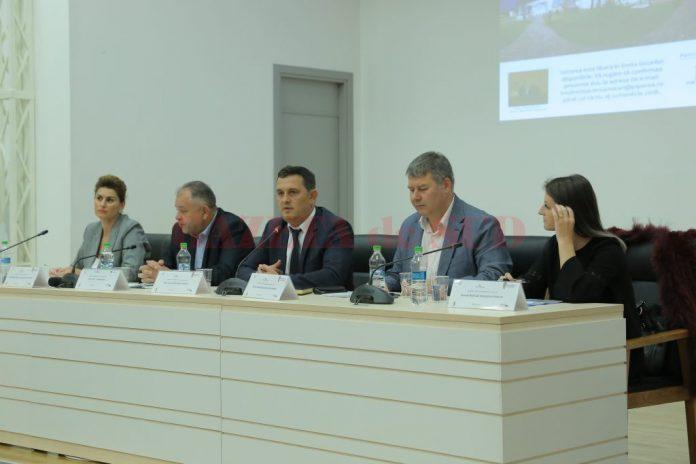 Gheorghe Piperea (in mijloc) şi reprezentanţii ANPC, la Craiova (Foto: Lucian Anghel)