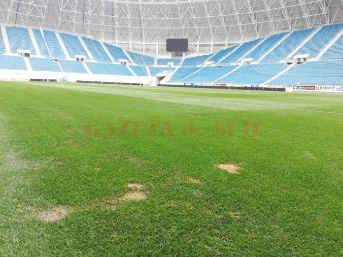 """Începe decopertarea gazonului de la stadionul """"Ion Oblemenco"""". Utilajele care vor demonta suprafaţa de joc au ajuns la faţa locului"""
