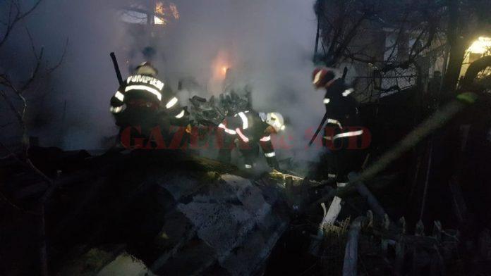 A sărit pe geamul casei în flăcări
