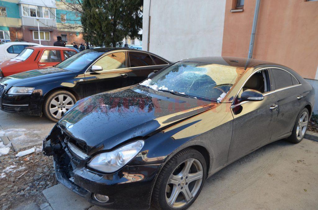 Anchetatorii susțin că Mercedesul condus de craioveanul de 28 de ani a fost avariat de atacatori.