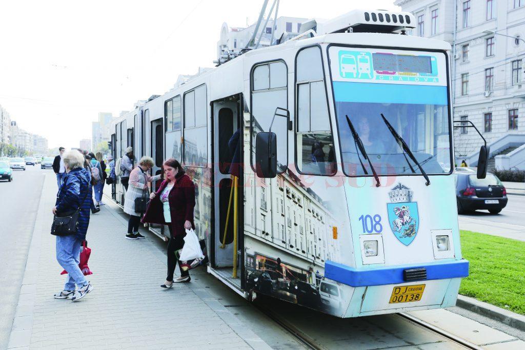 Termenul de primire a ofertelor pentru cele 17 tramvaie noi destinate transportului public din Craiova a fost prelungit până la data de 25 februarie. Până la achiziţionarea tramvaielor noi, pe trasee vor circula tot cele actuale, care au peste 35 de ani vechime.
