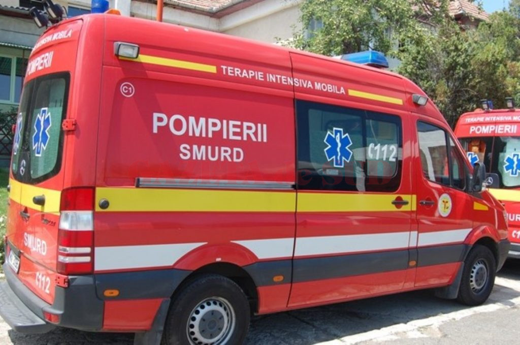 O femeie a fost transportată în stare gravă la spital, după ce și-a prins capul în sistemul de decapotare al mașinii