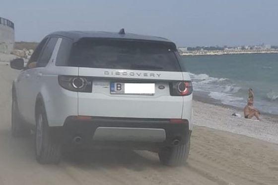 A intrat cu maşina, printre copii, pe o plajă din Constanţa. (Foto: Paul Fulea/ Facebook)