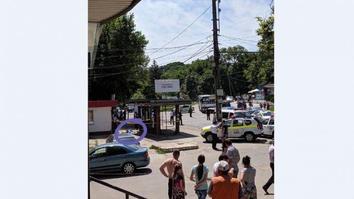 Un șofer a intrat cu mașina într-o staţie de autobuz